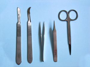 1024px-dissection_tools